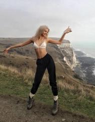 Алеся Кафельникова в белье на скалах в Ангии