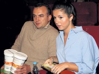 Нюша с женихом в кинотеатре