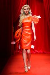 Буйство красок на показе от Moschino