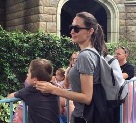Анджелина Джоли без белья в Диснейленде