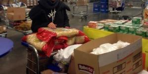 Анита Цой закупает продукты в оптовом магазине