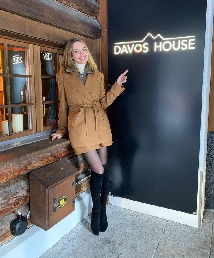 Наталья Водянова в мини и ботфортах выступила на форуме в Давосе