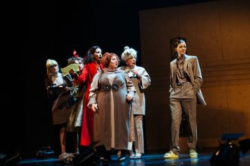 В театре имени Моссовета состоялась премьера абсурд-ноктюрна «Восемь любящих женщин»
