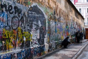 Жители Арбата хотят перенести стену Цоя в Петербург